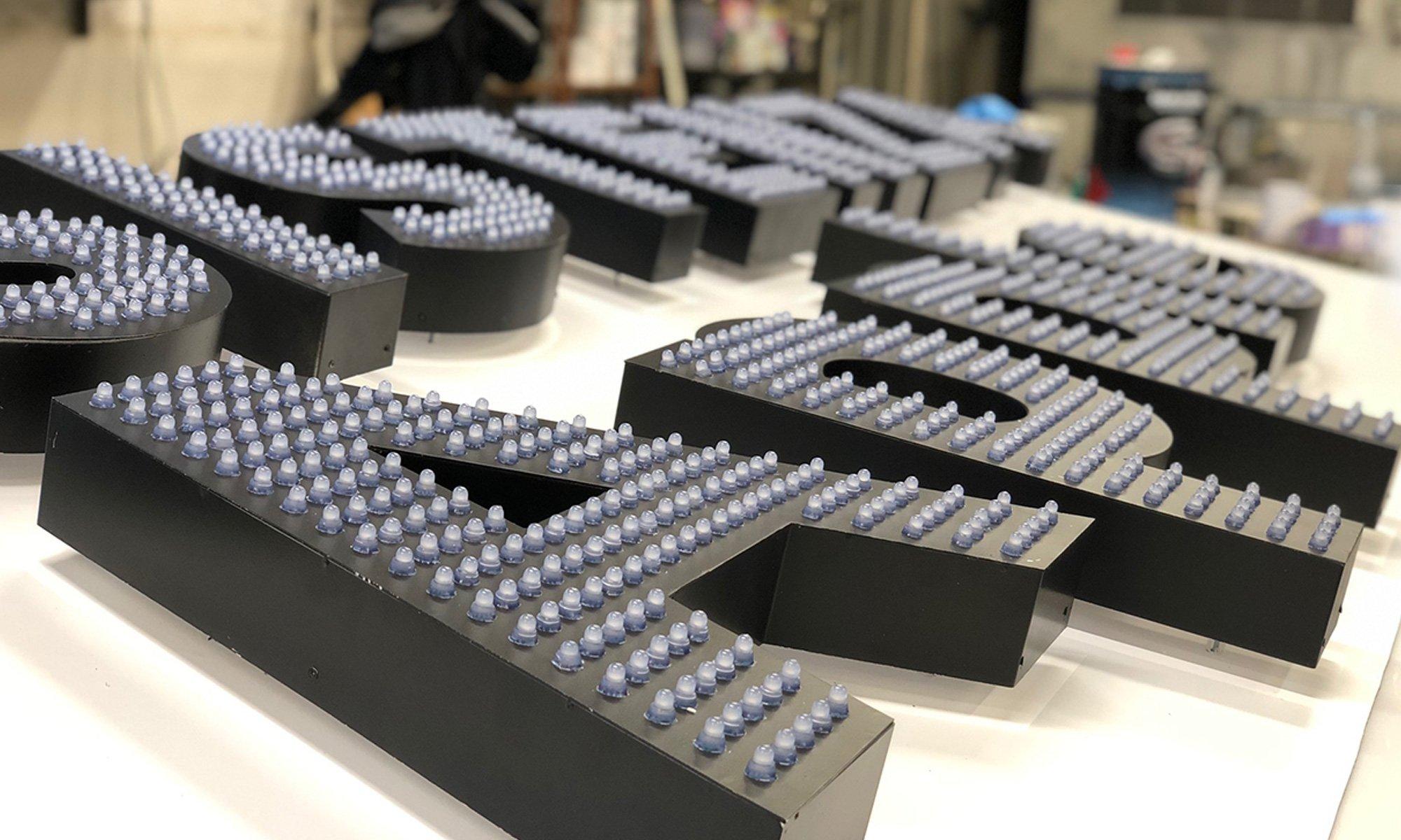 Insegna luminosa LED a lettere singole